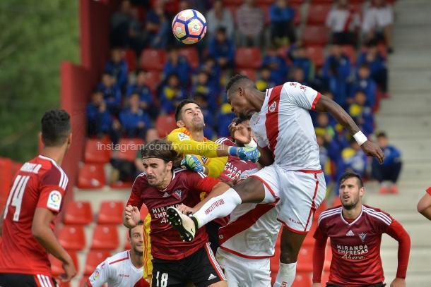 Manucho en la pugna de un balón durante el Mirandés - Rayo de Liga en Anduva. | Foto: Rayo Vallecano S.A.D.