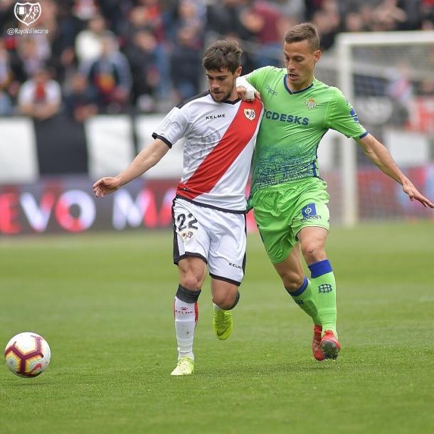 Pozo peleando un balón con Canales la pasada temporada. | Foto: Rayo Vallecano S.A.D.