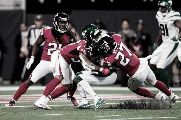 La defensiva de Atlanta evita la anotación que llegaría mas tarde por medio de Ty Montgomery (Imagen: Falcons.com)
