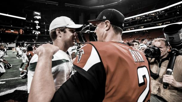 Matt Ryan se saluda con Darnold sobre el final del juego. Ambos vieron acción en la primera parte (Imagen: Falcons.com)