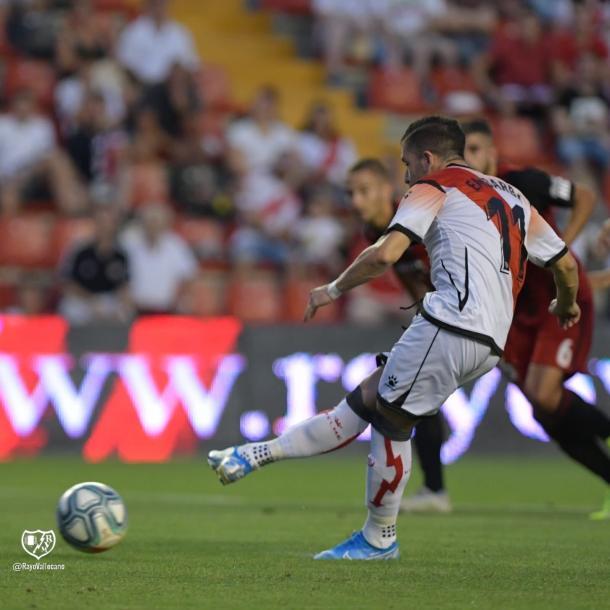 Embarba lanzando uno de los dos penaltis que anotó ante el Mirandés. | Foto: Rayo Vallecano S.A.D.