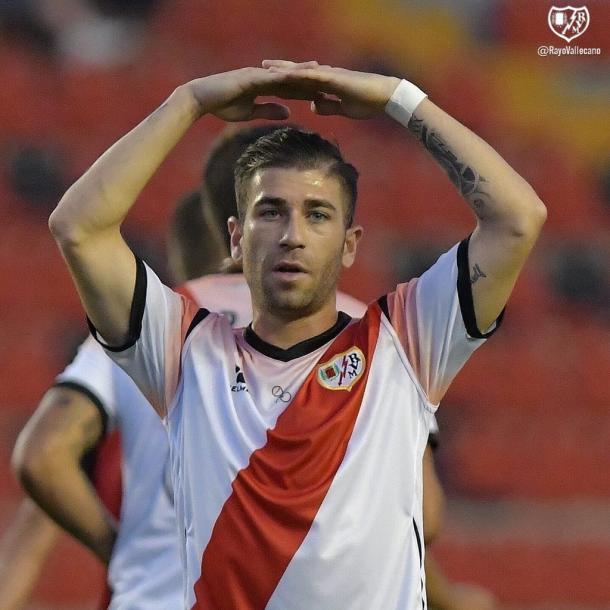 Embarba celebrando uno de sus goles frente al Mirandés. | Foto: Rayo Vallecano S.A.D.