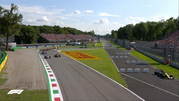 Hulkenberg passou direto na curva para abrir caminho à fila, que fez questão de o esperar (Imagem: Reprodução/F1)