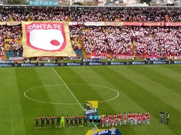 Con este marco, y la campaña #AmorPorTuEscudoLeón, que entregaba escudos del equipo en toda la tribuna, se recibía al Primer Campeón en la tarde del domingo. Imagen: Jordan Bernal, Vavel Colombia