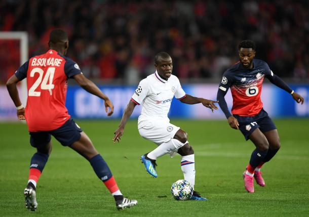 Kanté o homem do meio de campo no primeiro tempo (Foto: Reprodução/Chelsea FC)