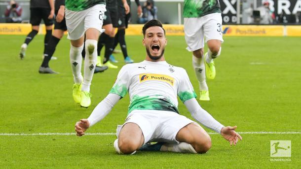 Bensebaini comemorando seu gol (Foto: Reprodução/Bundesliga)