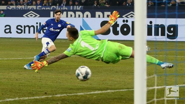 O tapa colocado de Serdar para dar a vitória ao S04 (Foto: Reprodução/Bundesliga)