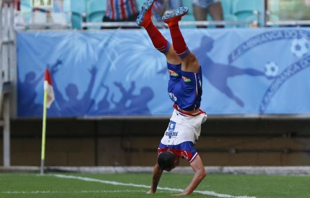 Gilberto comemorando gol com acrobacia (Foto: Felipe Oliveira/Bahia EC)
