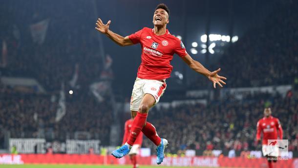 Onisiwo tem três assistências e dois gols em três jogos (Foto: Reprodução/Bundesliga)