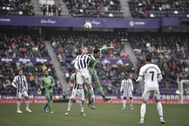 Hervías y Merino pugnan un balón aéreo / Foto: Valladolid