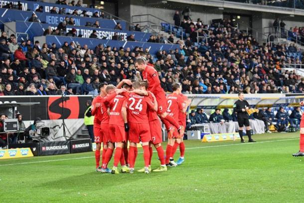 Equipe vibrando com a vitória ao fim do jogo (Foto: Reprodução / FC Augsburg)
