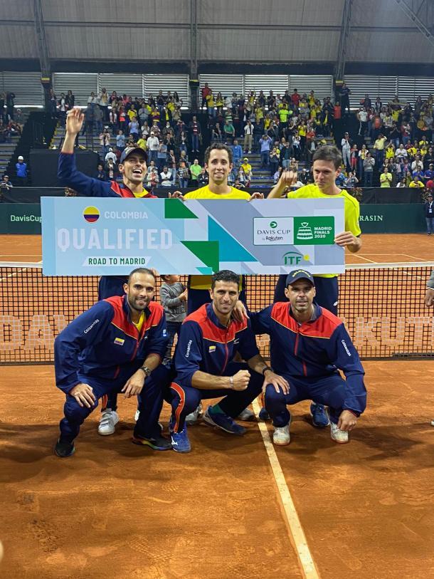 El equipo colombiano exhibiendo el 'tiquete' que los lleva a Madrid. Imagen: @DavisCup.