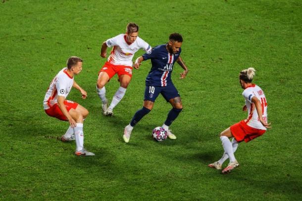 A pesar de estar rodeado permanentemente, Neymar se salió / FOTO: UEFA