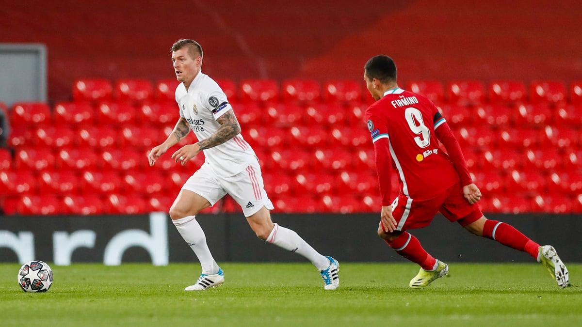 Kroos conduce el balón frente al Liverpool. |Foto: @realmadrid