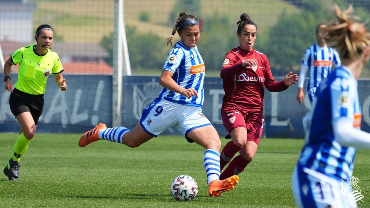 Palacios dispara un balón en la primera parte. // Foto: Real Sociedad