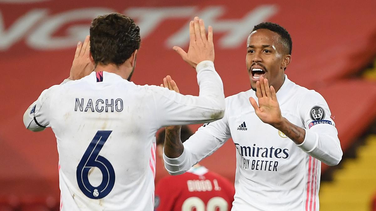 Nacho y Militao celebran el pase frente al Liverpool