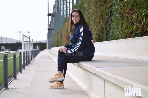 Aitana Bonmatí en las gradas de la Ciutat Esportiva Joan Gamper | Foto de Noelia Déniz, VAVEL