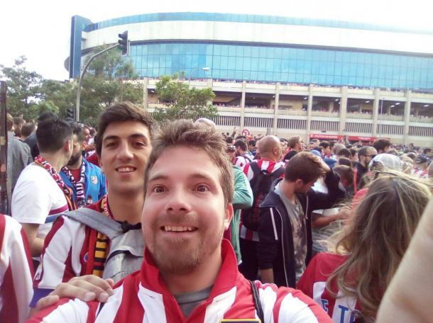Mi primo Alberto (delante) y yo en los momentos previos al partido de vuelta de las semifinales de Champions. Foto: @Vicvalo