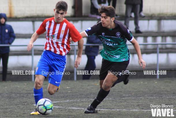 Tejón conduce el balón ante un jugador del Quirinal de categoría cadete | Foto: Diego Blanco - VAVEL