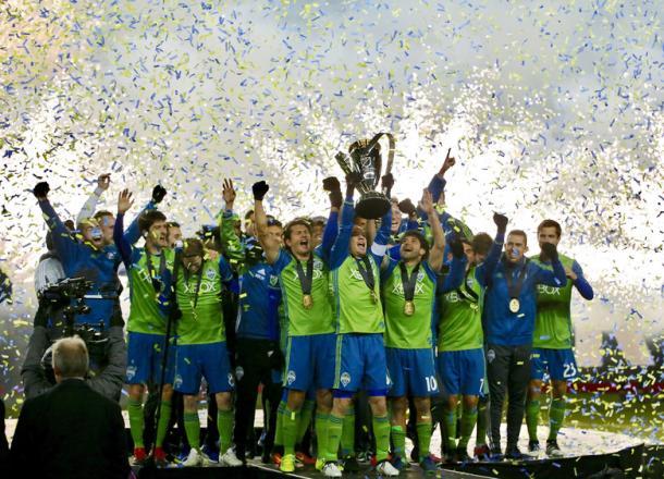 Alonso levantando la MLS Cup // Imagen: seattletimes.com