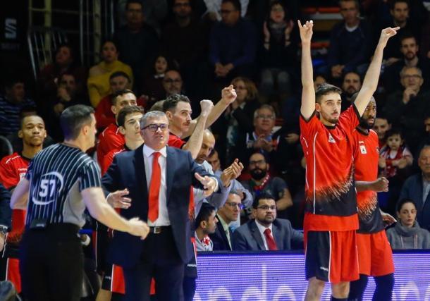 El banqiillo de Fuenlabrada celebra un triple de su equipo   Foto: ACB