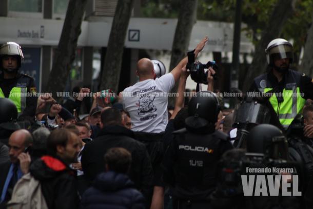 El lider polaco de los ultras alentaba a sus compañeros en Avenida de Brasil. | FOTO: Fernando Navarro - VAVEL España