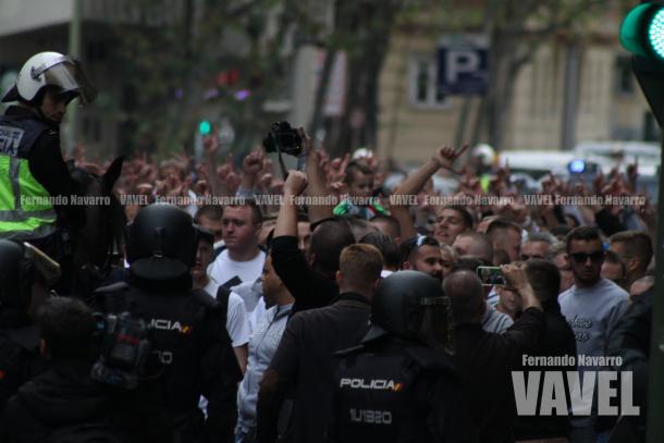 Multitudinaria concentración ultra en Avenida de Brasil. | FOTO: Fernando Navarro - VAVEL España