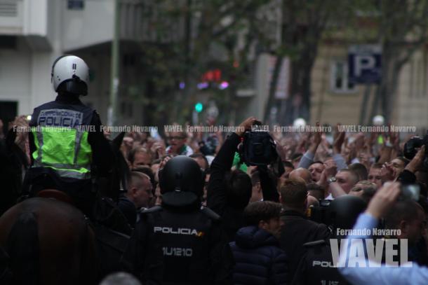 La Polícia mantenía controlados a los radicales en Avenida de Brasil. | FOTO: Fernando Navarro - VAVEL España