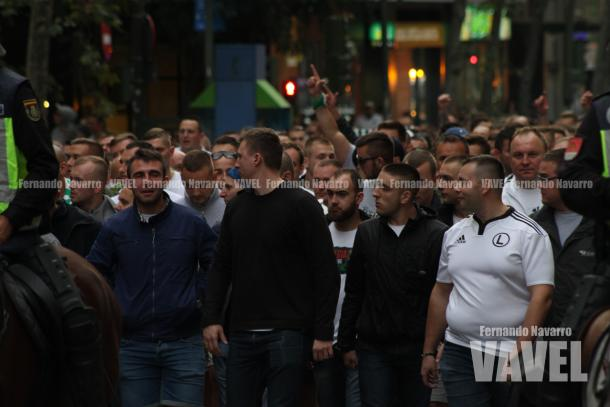 Aficionados polacos escoltados por la Policía. | FOTO: Fernando Navarro - VAVEL España