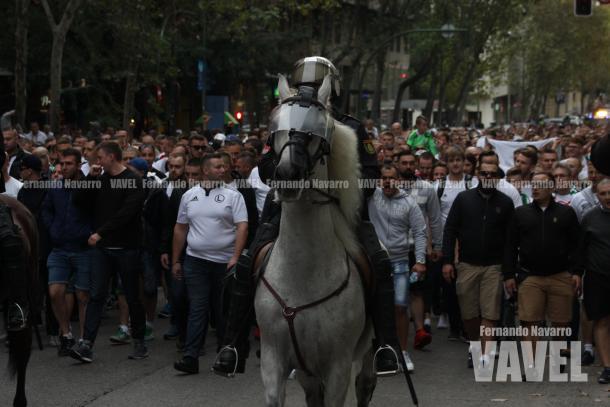 Los aficionados radicales polacos marchan hacía el estadio del Real Madrid. | FOTO: Fernando Navarro - VAVEL España