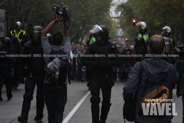 La marcha hacía el Santiago Bernabéu comenzaba con la Policía escoltando a los ultras. | FOTO: Fernando Navarro - VAVEL España