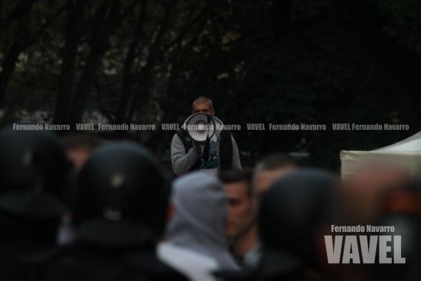 Con la situación controlada de nuevo, la Policía sitió a los ultras en el interior de la calle Rafael Salgado, mientras que uno de ellos se hacía con el megáfono intentando alentar al grupo. | FOTO: Fernando Navarro - VAVEL España