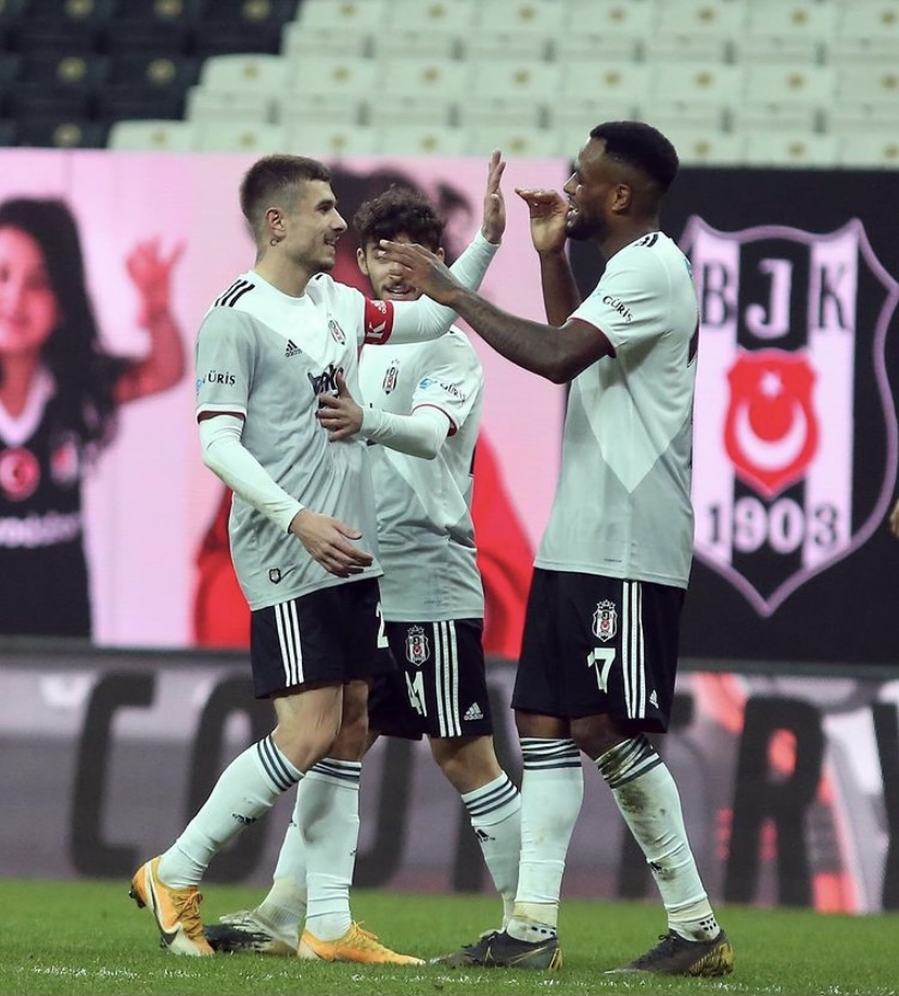 Toköz celebrando con sus compañeros | Fuente: Besiktas