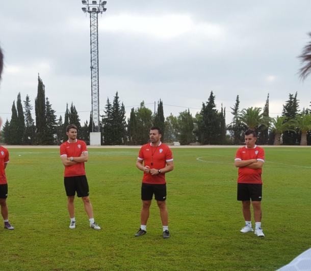 """""""Pato"""" en el centro de la imagen, dirige su primera sesión de con el FC Jumilla   Foto: FC Jumilla"""