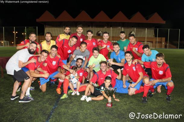 El AlcantarillaFC posando como campeón del III Trofeo Ciudad de Alcantarilla.