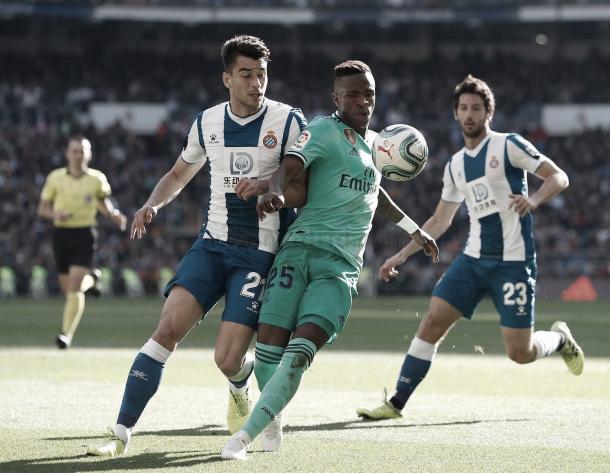 Vinicios junto con un jugador del RCD Espanyol en el partido de ida. Foto: Real Madrid