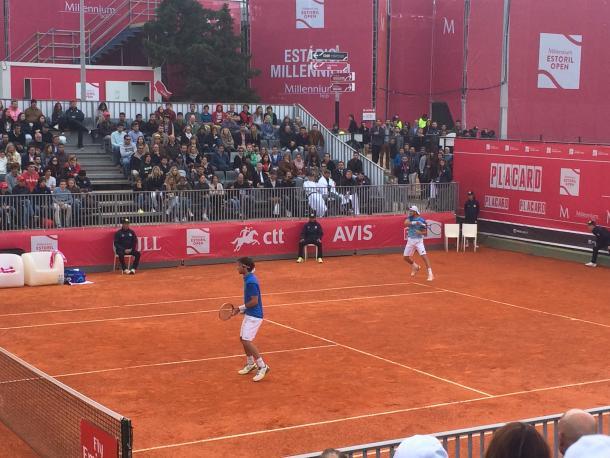 Gastão Elias and João Sousa in doubles action today. (Pedro Cunha/VAVEL)