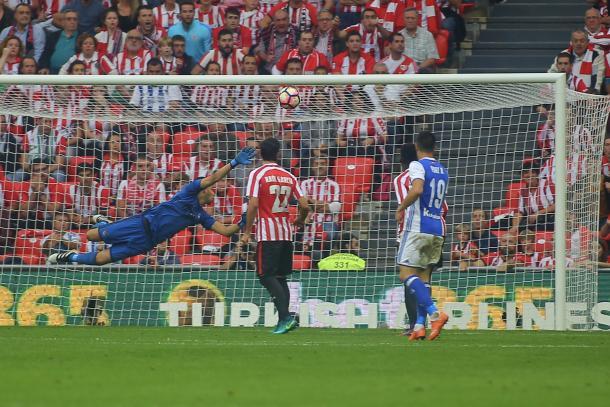 Rulli contempla con la mirada el gol de Muniain  | Foto: Oscar Alonso