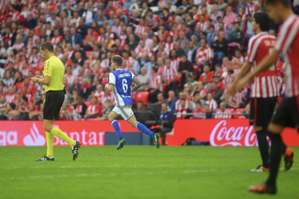 Iñigo Martínez regresa a su campo tras anotar el definitivo tres a dos  | Foto: Oscar Alonso+