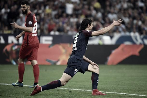 Cavani quejándose de una falta I Foto: Prensa Ligue1