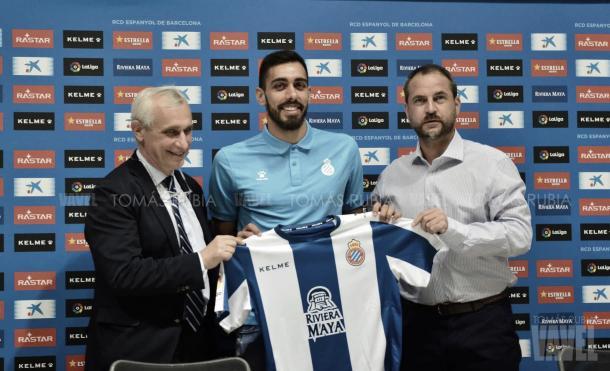 El vicepresidente del Espanyol, Carlos García Pont, y el director deportivo, Óscar Perarnau, junto a Borja Iglesias. Foto: Vavel (Tomás Rubia)