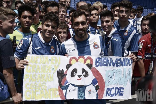 Borja Iglesias junto a los aficionados pericos. Foto: Vavel (Tomás Rubia)