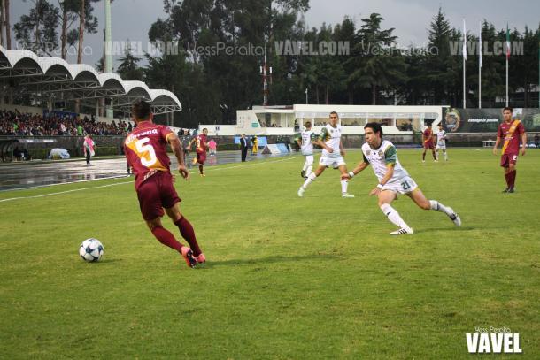 Mario Orozco en la disputa del balón con Gabriel Velasco