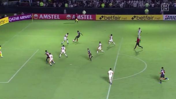 Momento do passe de Talles para o gol de Cano (Foto: Reprodução/DAZN)