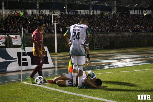 Arturo Tapia en el césped después de su lesión que causaría su salida en el primer tiempo