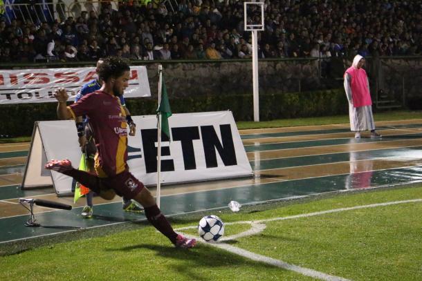 Giovani Hernández preparandose para cobrar un tiro de esquina