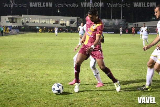 El defensa Marco Granados cubriendo el balón para evitar una jugada de peligro