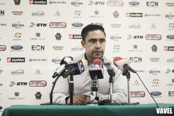 El director técnico Omar Ramírez en conferencia de prensa