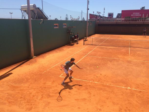 Pablo Carreno Busta hiting a forehand while practicing with Benoit at the Millennium Estoril Open 2017. (Photo by Pedro Cunha / VAVEL USA)