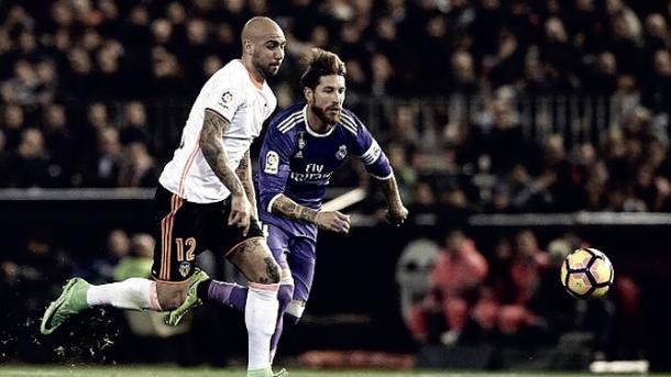Zaza (Valencia) pugnando con Sergio Ramos (Real Madrid) | Foto: Getty Images